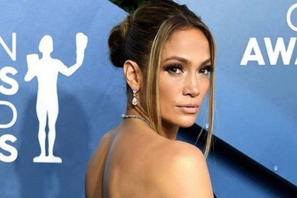 Jennifer Lopez sale del gimnasio con leggins de diamantes blancos y una camiseta deportiva