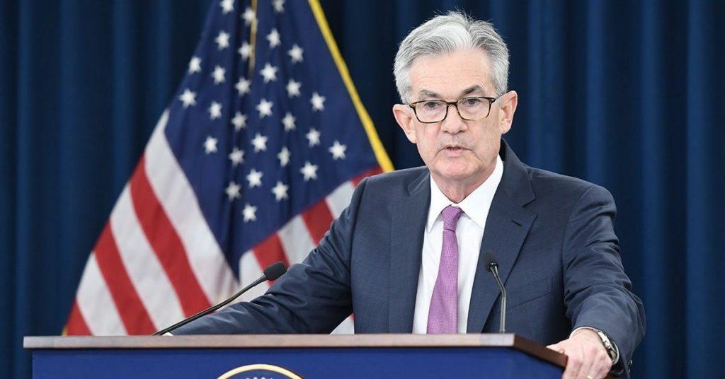"""La Reserva Federal de los Estados Unidos aseguró que el aumento en los casos de Covid-19 comienza a """"pesar"""" en la economía del país."""