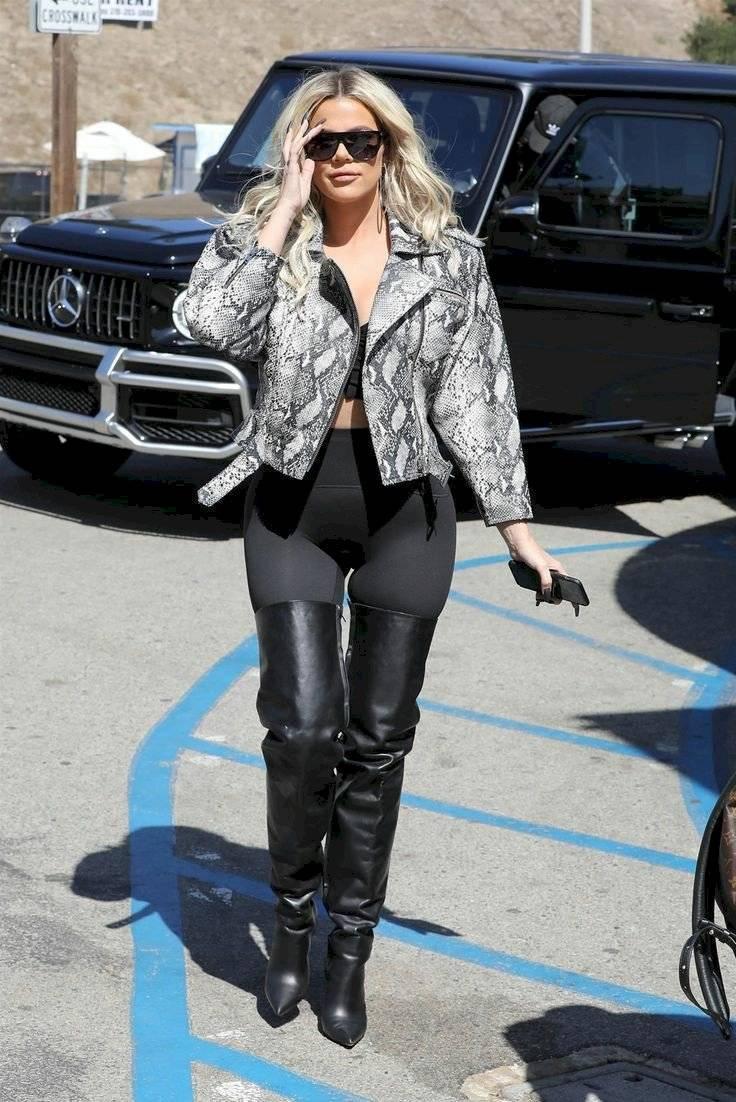Khloé Kardashian exuda sensualidad en leggings combinados con chaqueta de serpiente y botas hasta el muslo