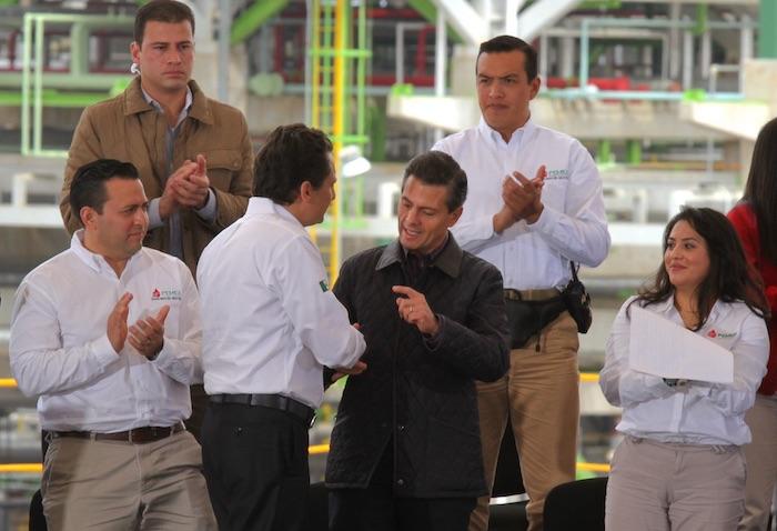 El exdirector de Pemex, Emilio Lozoya, le da la mano al expresidente Enrique Peña Nieto.