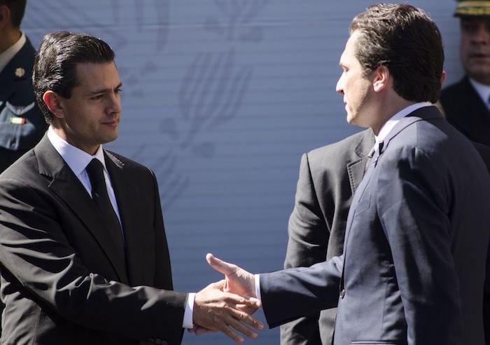 Emilio Lozoya le da la mano a Peña Nieto. Foto: Cuartoscuro