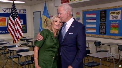 El candidato presidencial por el Partido Demócrata Joe Biden y su esposa
