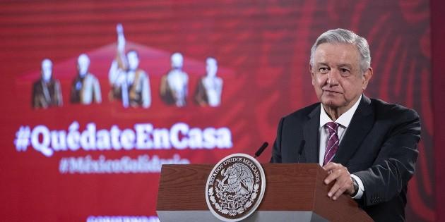 Atrapan a López Obrador con una máscara en el vuelo a Guadalajara