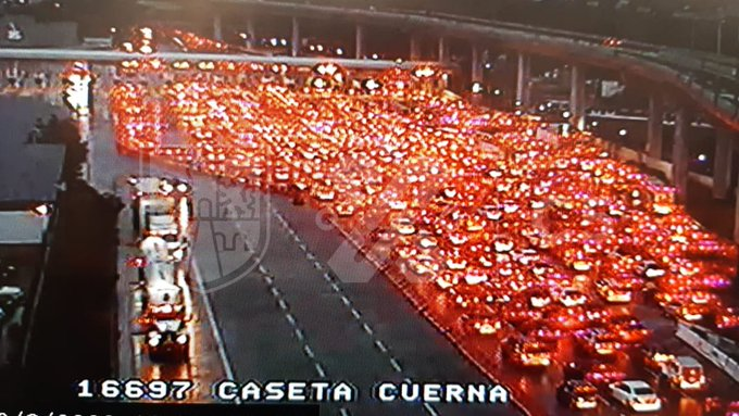 Cabina de la autopista Cuernavaca de México saturada hacia CdMx