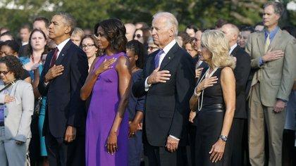 Barack Obama, en el césped de la Casa Blanca con Michelle, el entonces vicepresidente Joe Biden y su esposa Jill (AP)