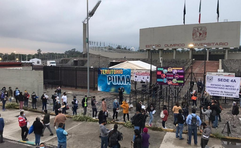 Jóvenes que realizarán examen de licenciatura para la UNAM llegan al Estadio Olímpico