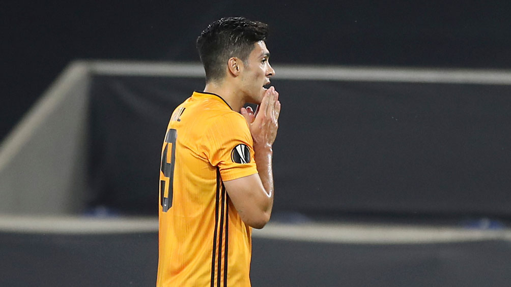 Raúl Jiménez: Falló su primer penalti oficial en el partido contra el Sevilla